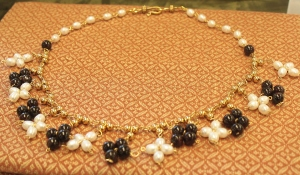 Anna Dokeianina Syrakousina, necklace of pearls and garnets