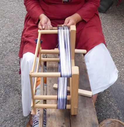 Portable tablet-weaving loom at the Peter-und-Paul-Fest in Bretten.